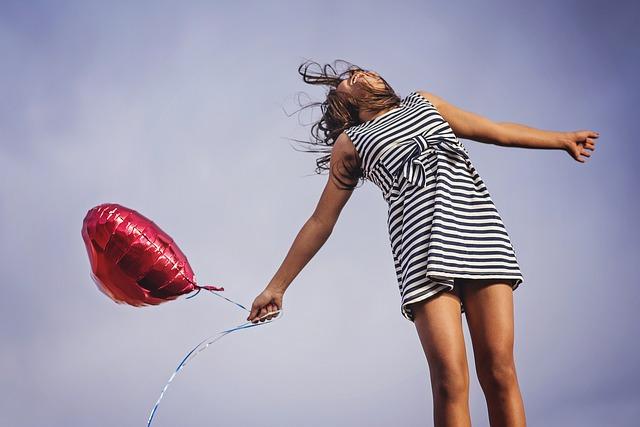 žena s balónkem.jpg