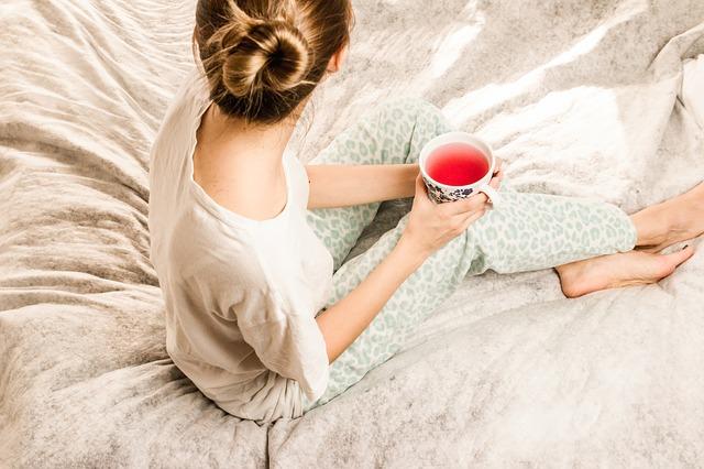 dívka s čajem v posteli