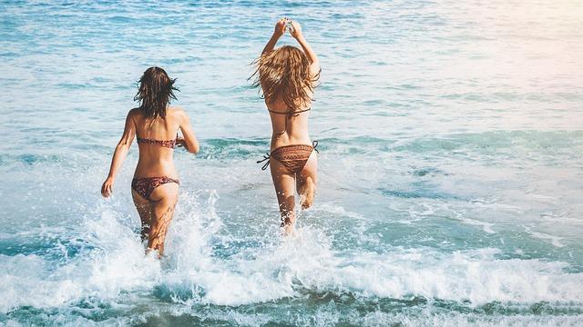 běžící holky do vody