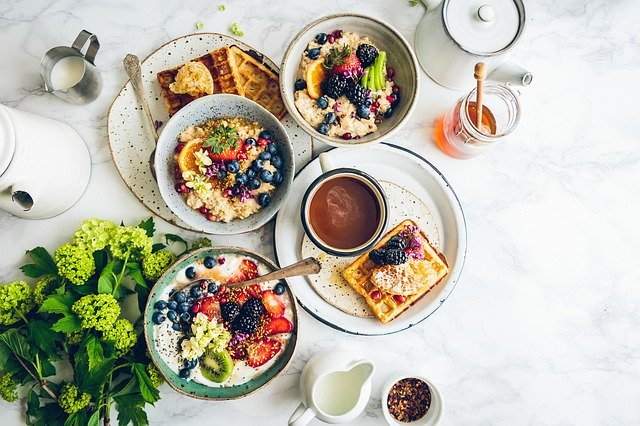 plný stůl jídla