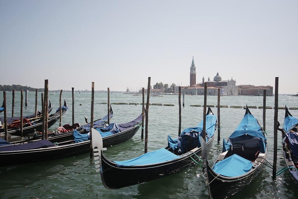 benátské gondoly s pohledem na San Giorgio di Maggiore