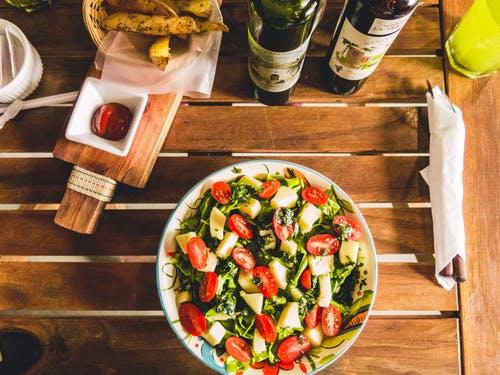 salát na stol